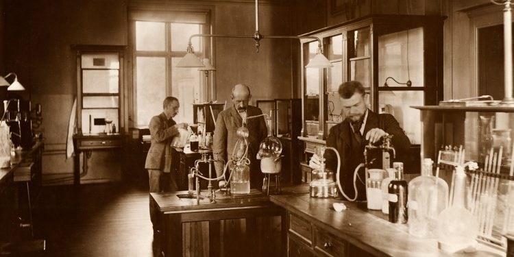 עובדים במעבדת בירה